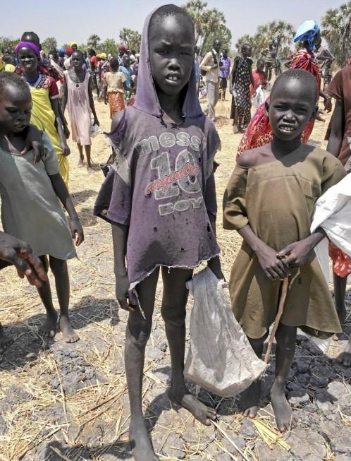 Niños de Sudán del Sur recogiendo comida al sur del país
